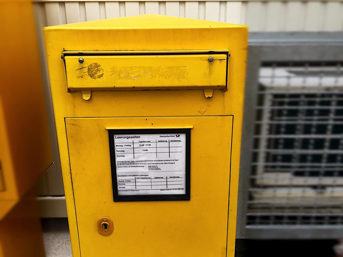 Ein gelber deutscher Briefkasten