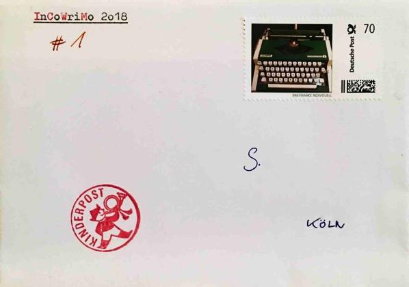 Ein Briefumschlag mit Briefmarke, einem Kinderpost-Stempel und getippter Aufschrift