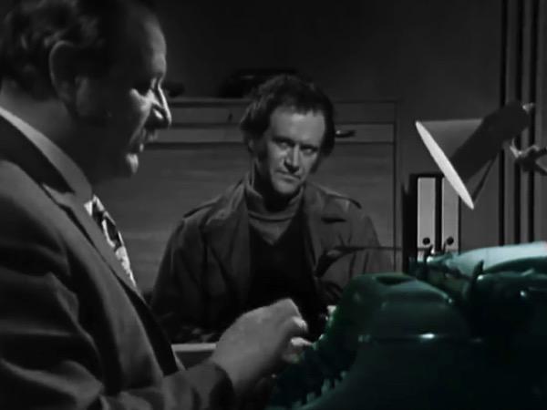 Zwei Männer sitzen in einem Büro, einer schreibt auf einer Schreibmaschine; BR